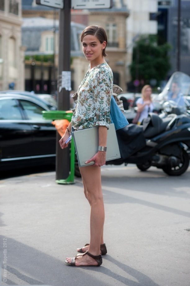 STREET-STYLE-VINTAGE-FLORALS-VINTAGE-FLORAL-PRINTS-PARIS-FASHION-WEEK-MODEL-MODEL-PHOTO-BOOK-PORTFOLIO-FLORAL-PRINT-BLOUSE-BUTTON-UP-SHIRT-SILVER-MINIMAL-CUFF-BRACELET-FLAT-BROWN-SANDALS-PHOTOGRAP