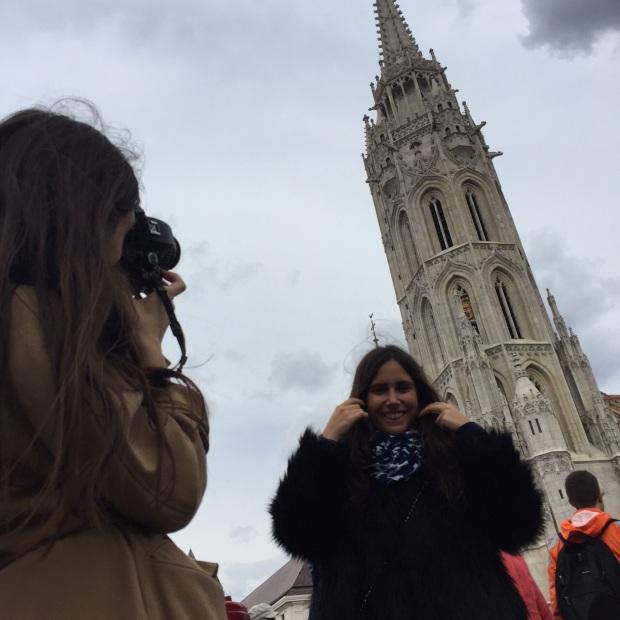 Sister posando delante de la impresionante Iglesia de San Matías