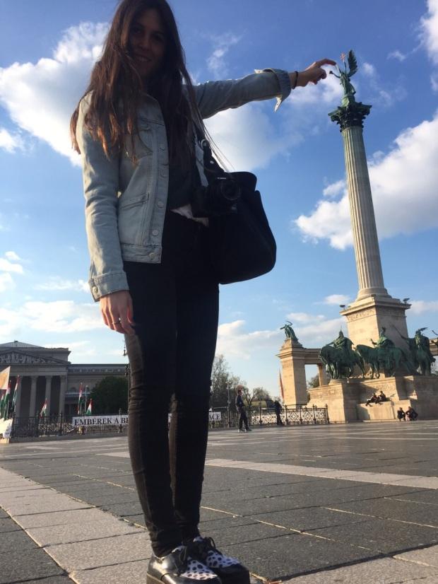 """En la Plaza de los Heroes haciendo una """"turistada"""""""