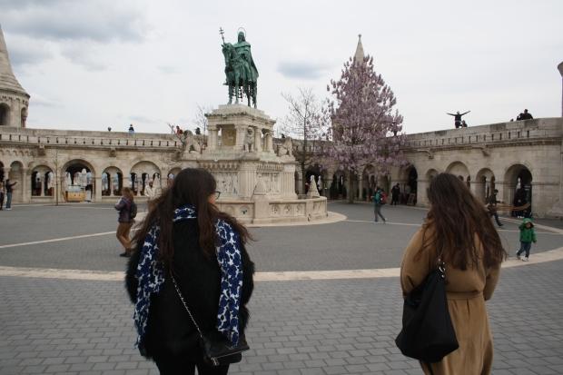 La Plaza del Bastión de los Pescadores con la estatua de Esteban I montando a caballo